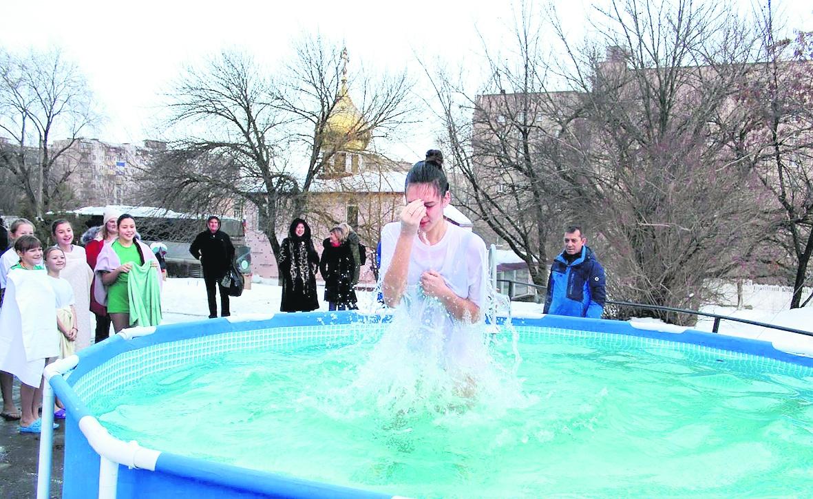 Воспитанницы Мариинской гимназии окунулись в ледяную купель