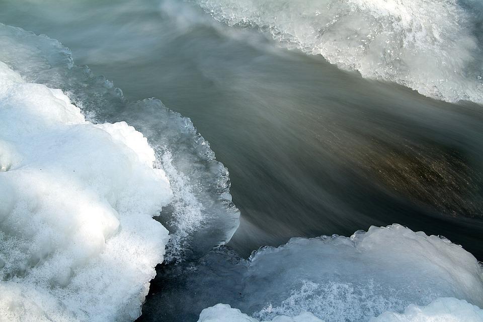 Водитель такси «Бриз» Дмитрий Дьяков недавно на реке Калитве спас провалившегося под лед рыбака
