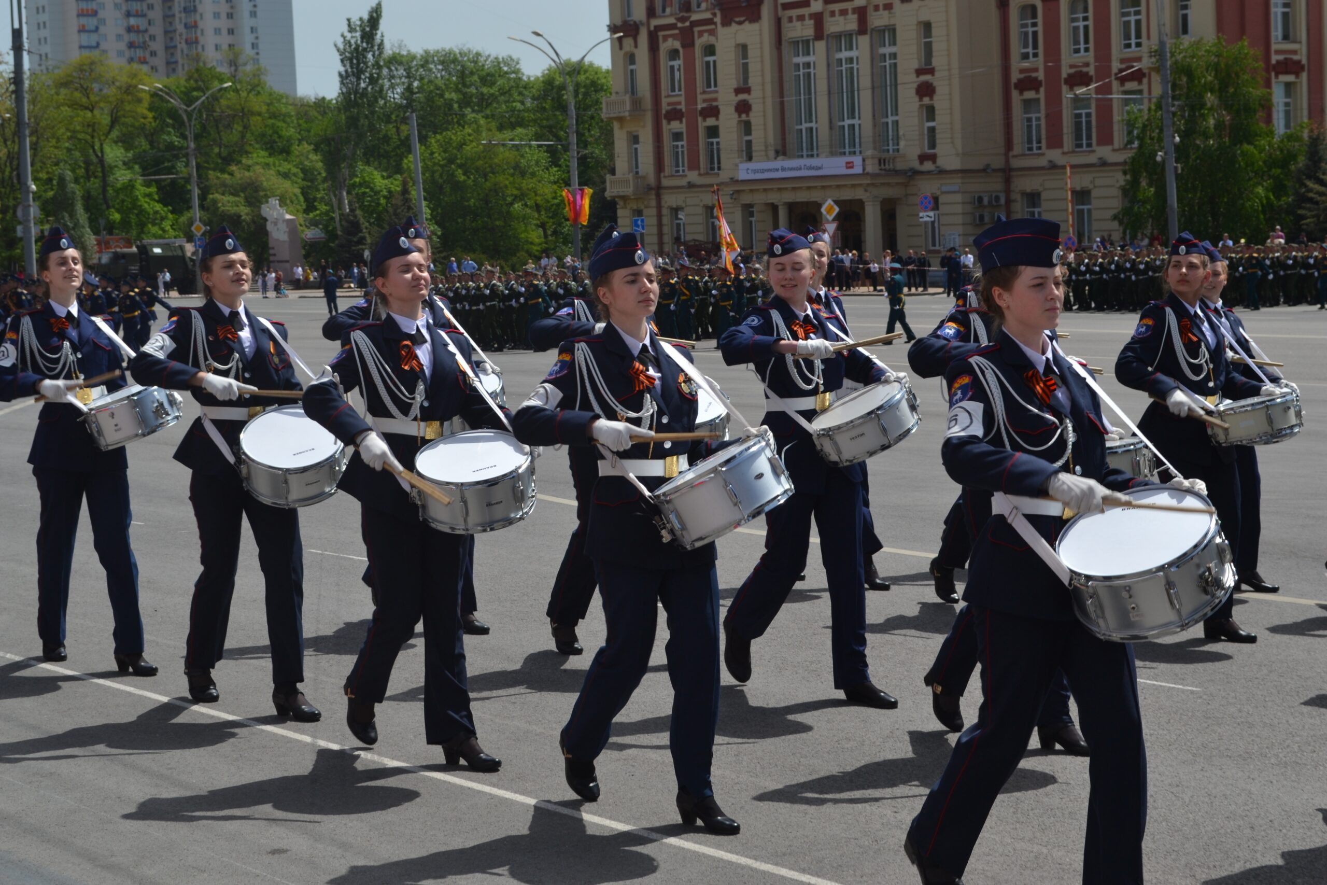 Сводная рота барабанщиц  Белокалитвинского Матвея Платова казачьего кадетского корпуса открыла парад в честь Дня Победы в  Ростове