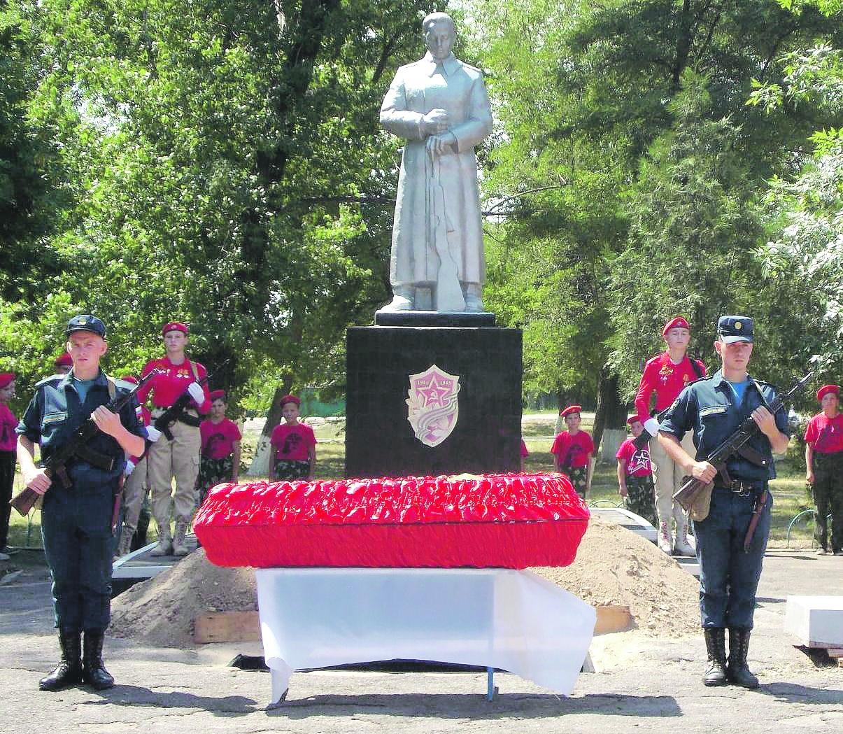 В Коксовом состоялось перезахоронение останков погибших воинов