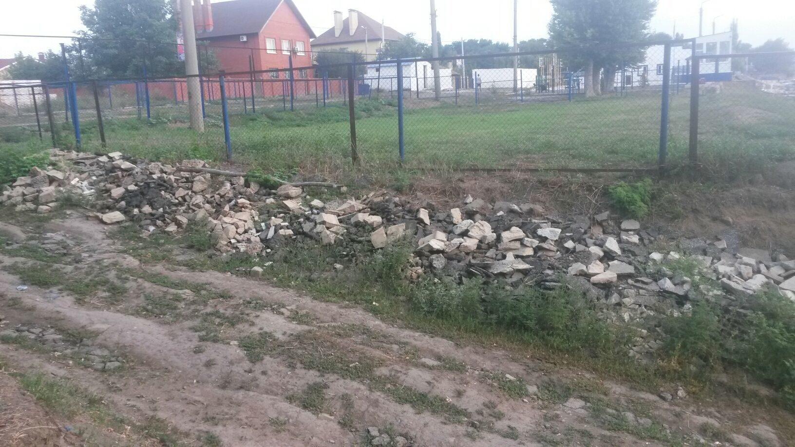 Кто будет убирать стройматериалы за гребной базой по ул. Петрова?