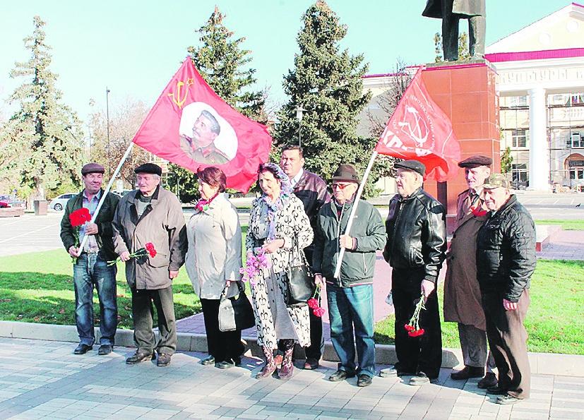 В Белой Калитве возложили цветы к памятнику В.И. Ленина на Театральной площади