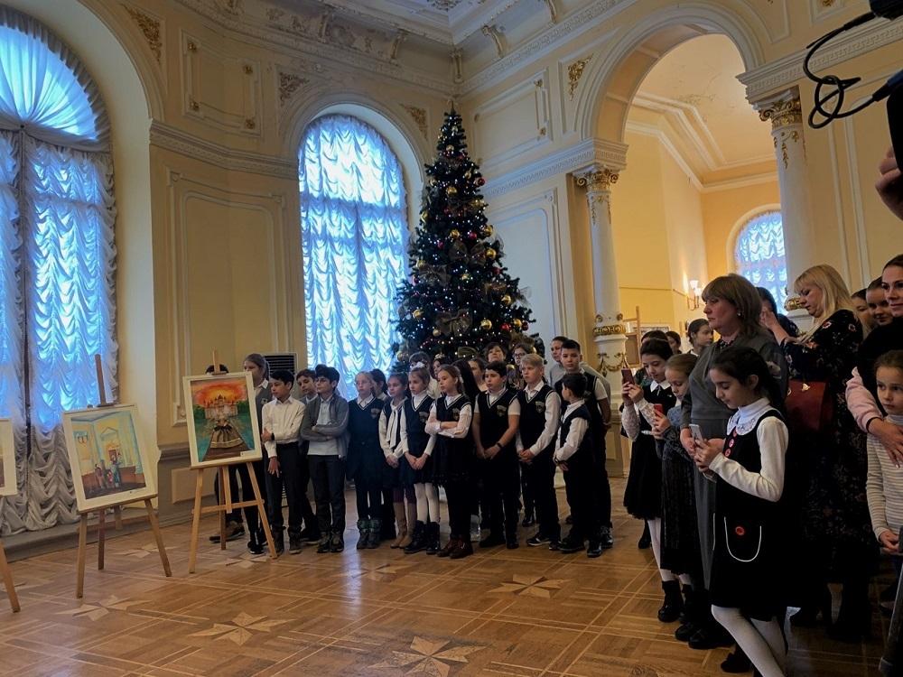 В Молодежном театре открылась выставка детских рисунков
