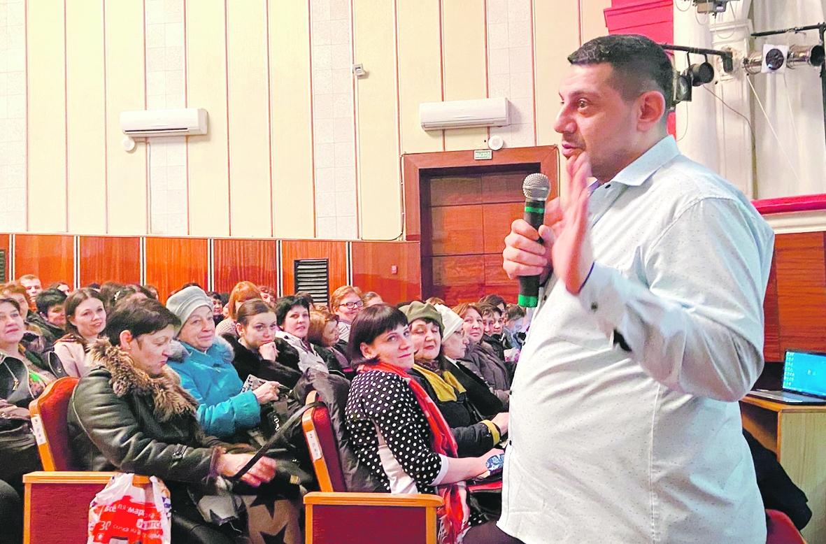 В Белой Калитве медицинский психолог С. Асатуров провел семинар для родителей и специалистов