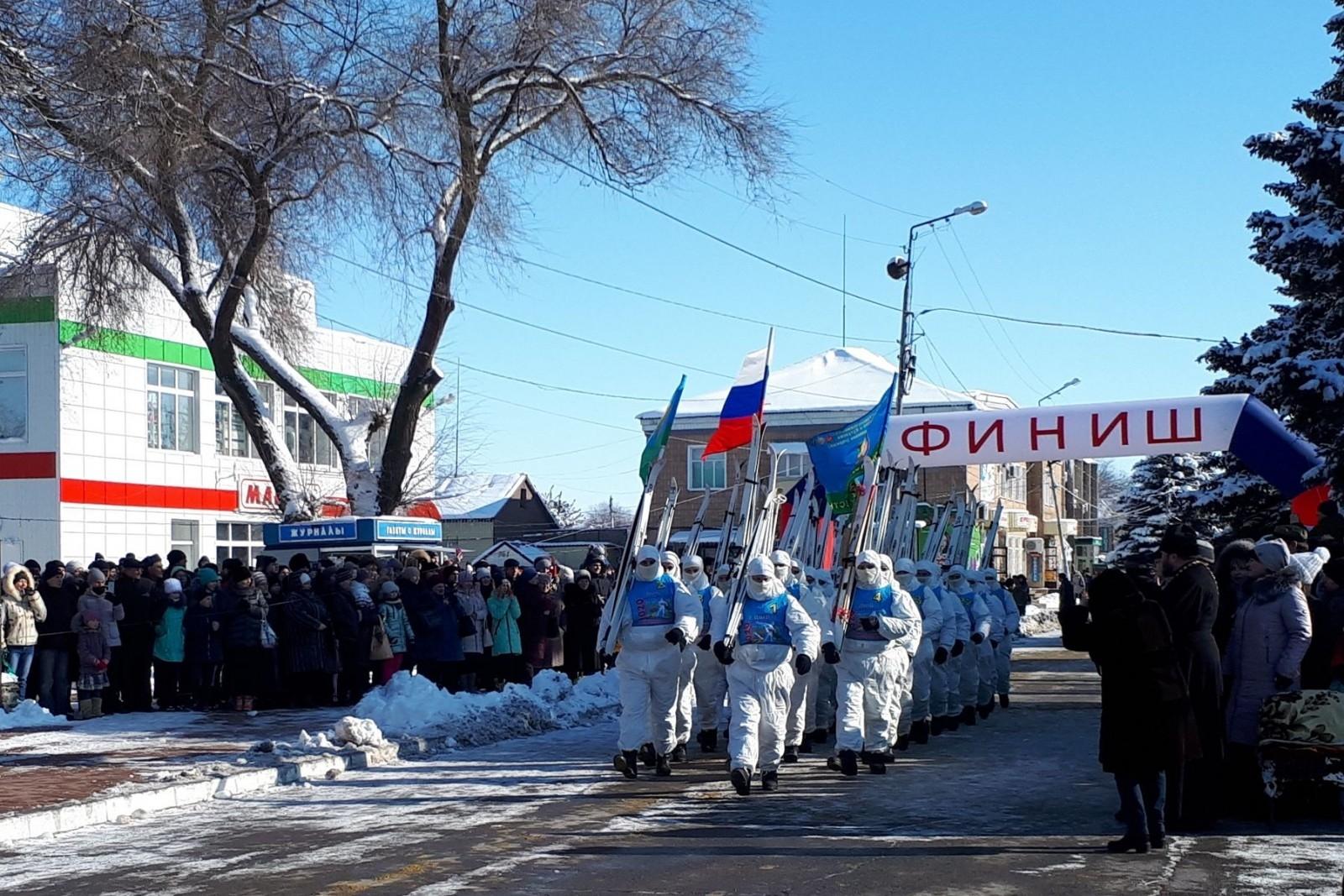 Участников марш-броска ВДВ встретили более пяти тысяч жителей станицы Тацинской