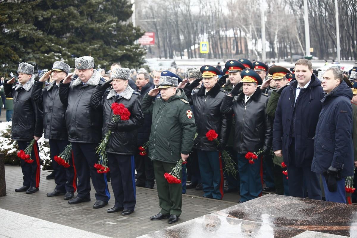 В Ростове-на-Дону офицеры штаба ЮВО возложили цветы на мемориальном комплексе «Город воинской славы»