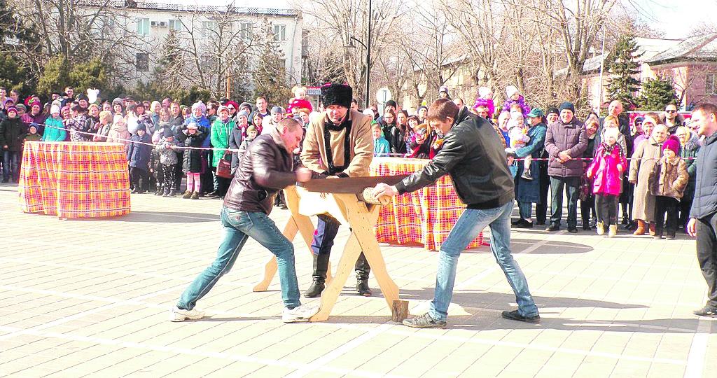 Одним из основных мест празднования Масленицы для жителей и гостей Белой Калитвы стала Театральная площадь