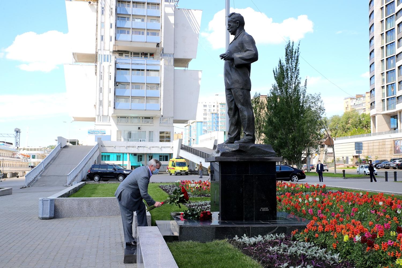 Донской губернатор возложил цветы к памятнику М.А. Шолохову