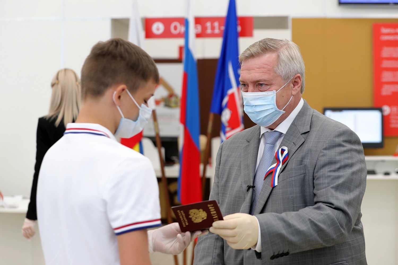 Губернатор Ростовской области вручил паспорта юным гражданам России