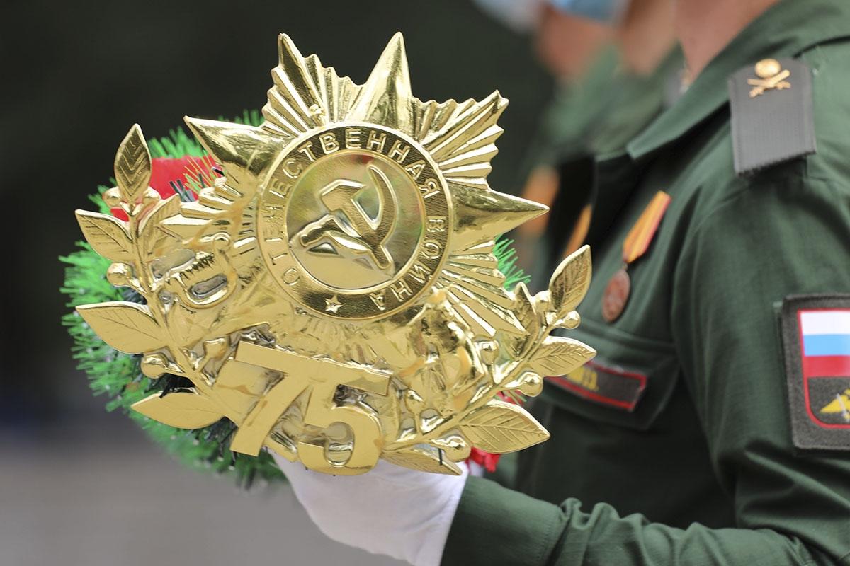 Командующий 8-й общевойсковой армией ЮВО принял участие в возложении цветов к братской могиле в Новочеркасске