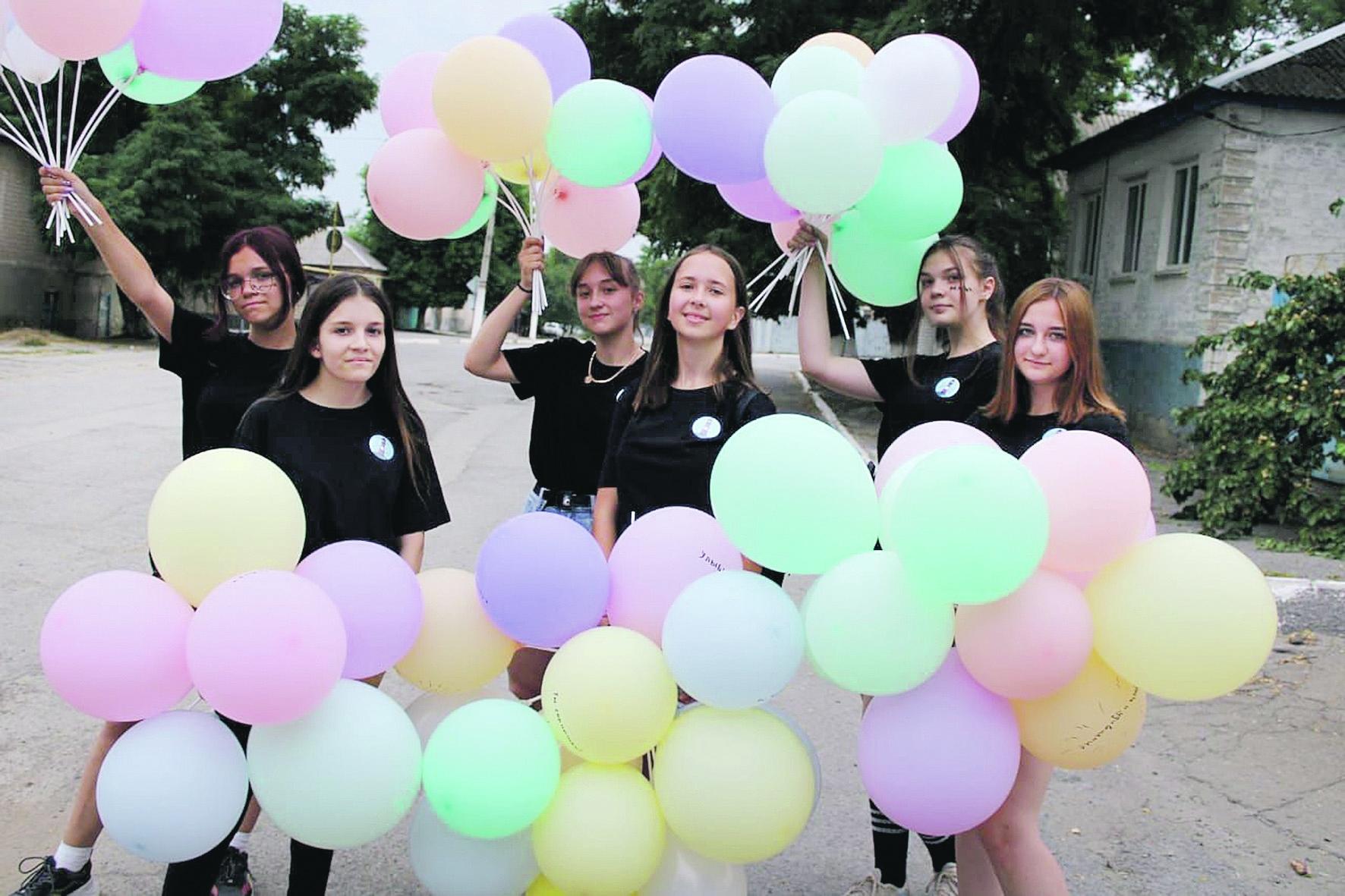 В Белой Калитве активистки творческого объединения «Маяк» подарили детям более 70 воздушных шаров