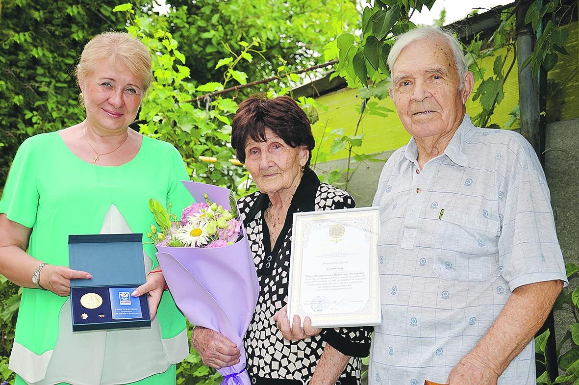 В День семьи, любви и верности белокалитвинские семьи наградили знаком губернатора Ростовской области «Во благо семьи и общества» и медалью «За любовь и верность»