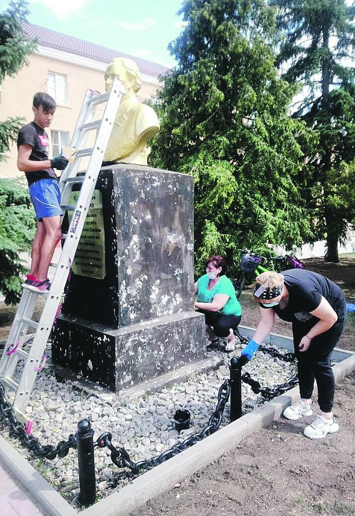 В п. Шолоховском Белокалитвинского района был отремонтирован памятник Г. Димитрову, установленный в честь дружбы болгарского и советского народов
