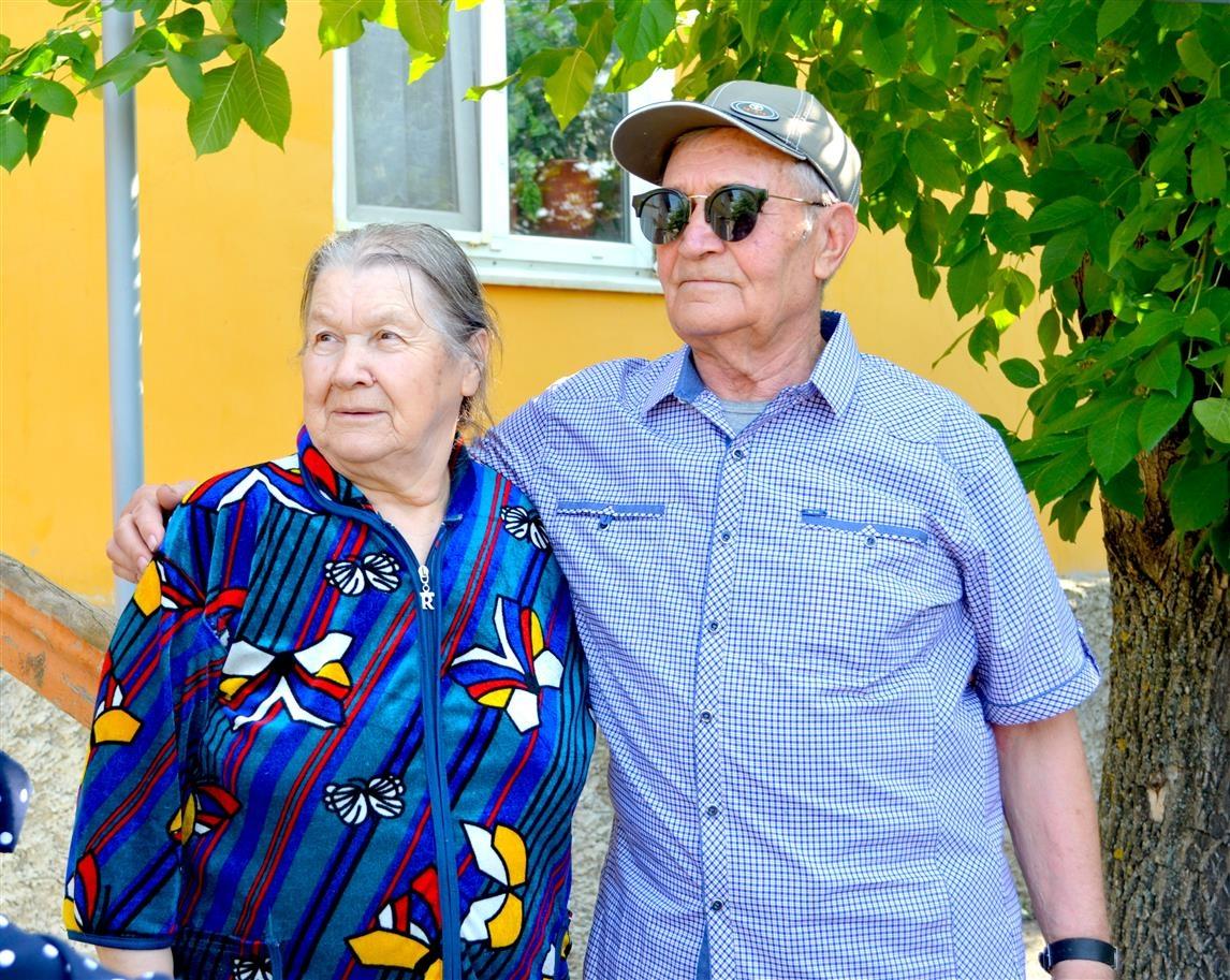 Бабушка рядышком с дедушкой…