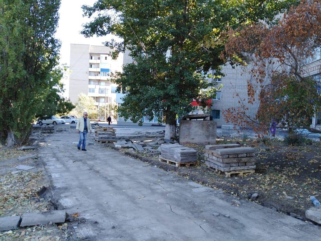 В микрорайоне Белой Калитвы меняют тротуарную плитку