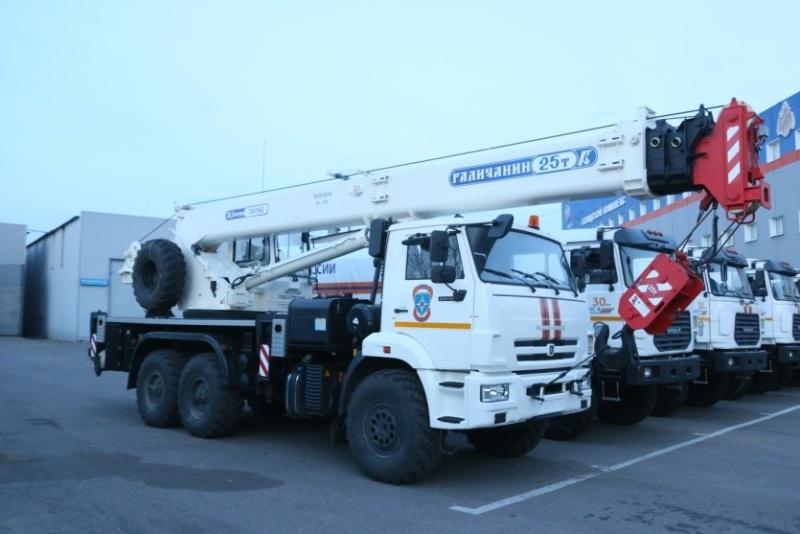 На вооружение спасателей МЧС России поступили новые автокраны