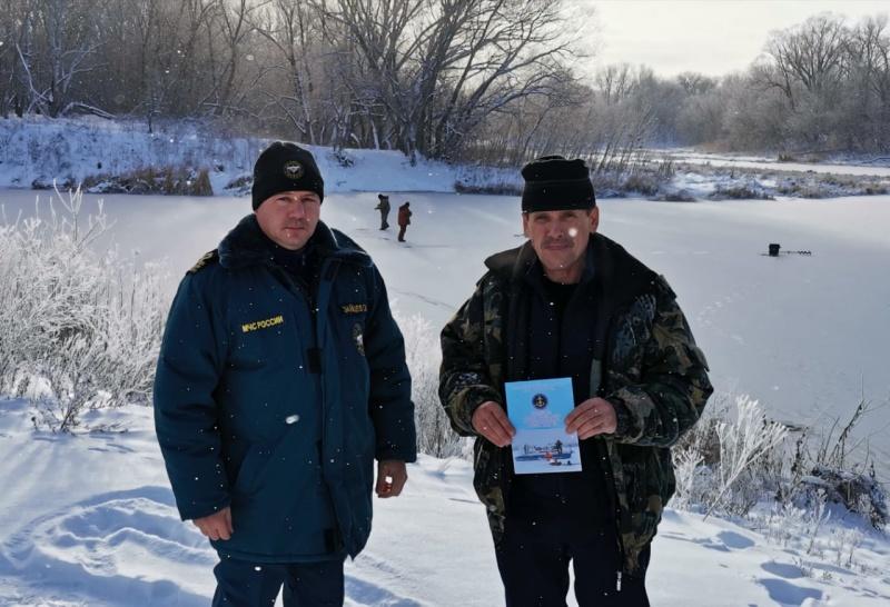 Инспекторы ГИМС напомнили дончанам об опасности тонкого льда