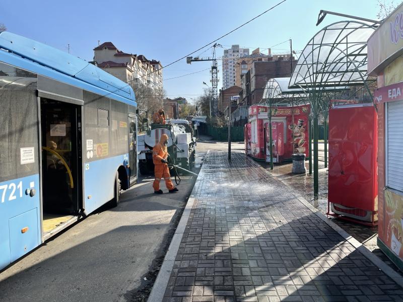 Подразделения МЧС России продолжают дезинфекцию на улицах российских городов