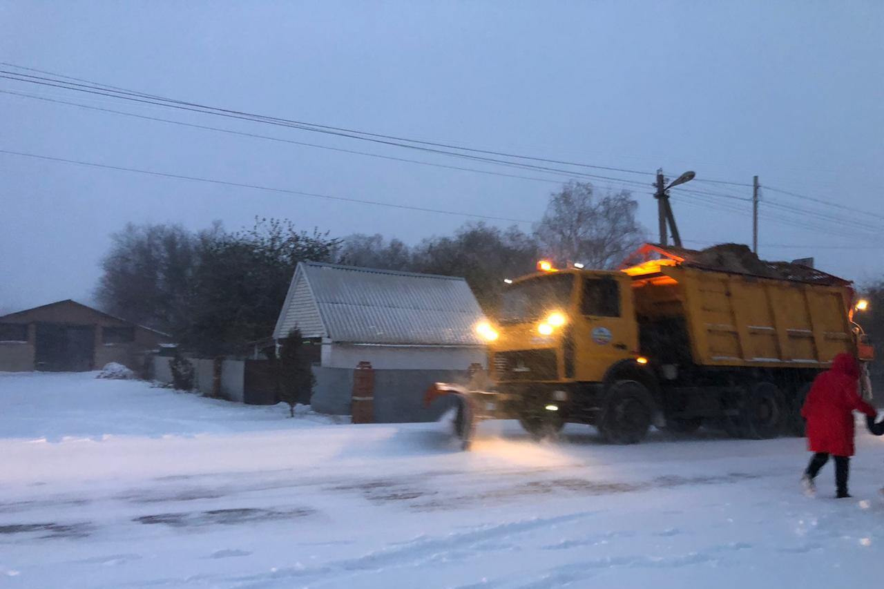 В Ростовской области на расчистке дорог от снежных заносов задействовано более 400 единиц техники