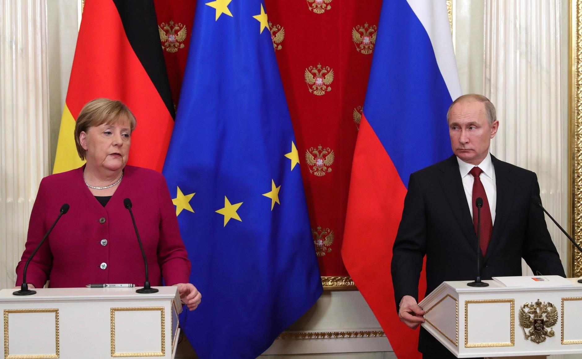 Состоялся телефонный разговор Владимира Путина с Федеральным канцлером Федеративной Республики Германия Ангелой Меркель.
