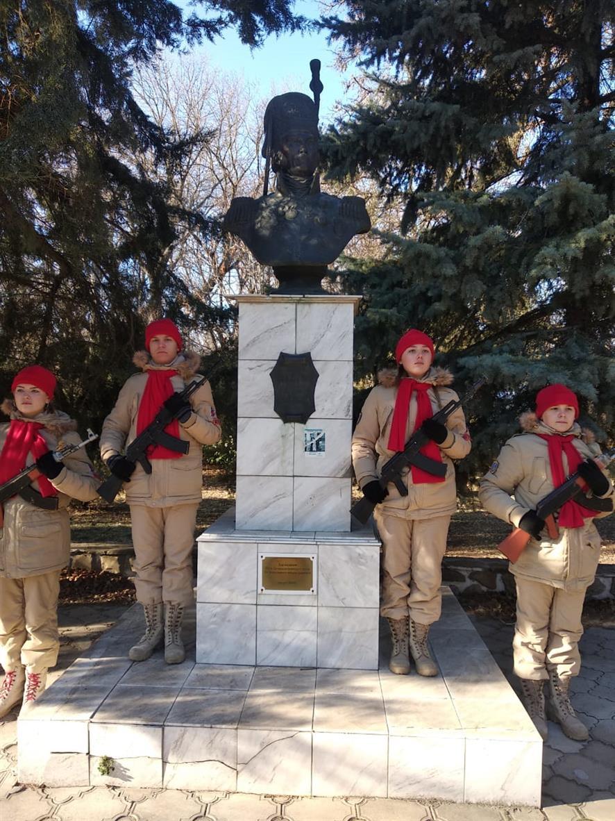 В День героя Отечества, Белокалитвинские юнармейцы дежурили в почётном карауле