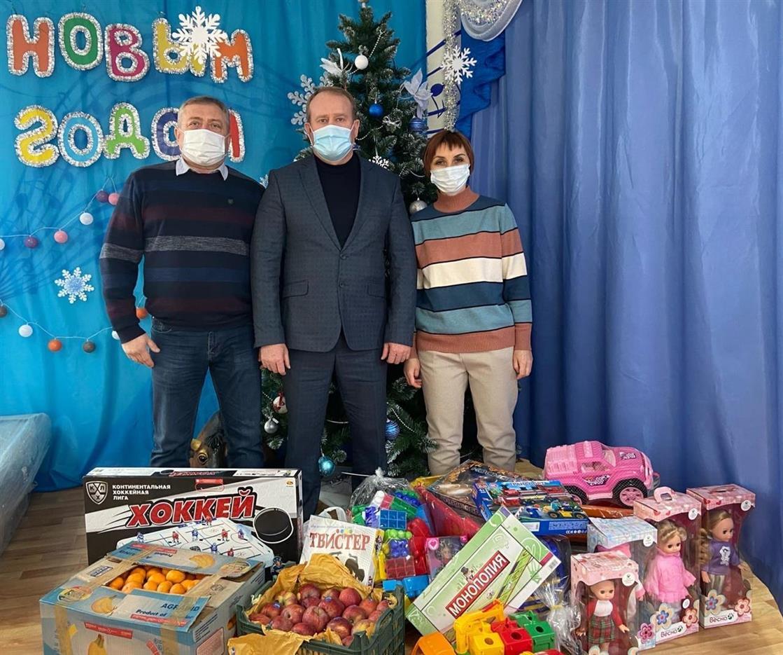 Белокалитвинские единоросы передали новогодние подарки в социально-реабилитационный центр для несовершеннолетних