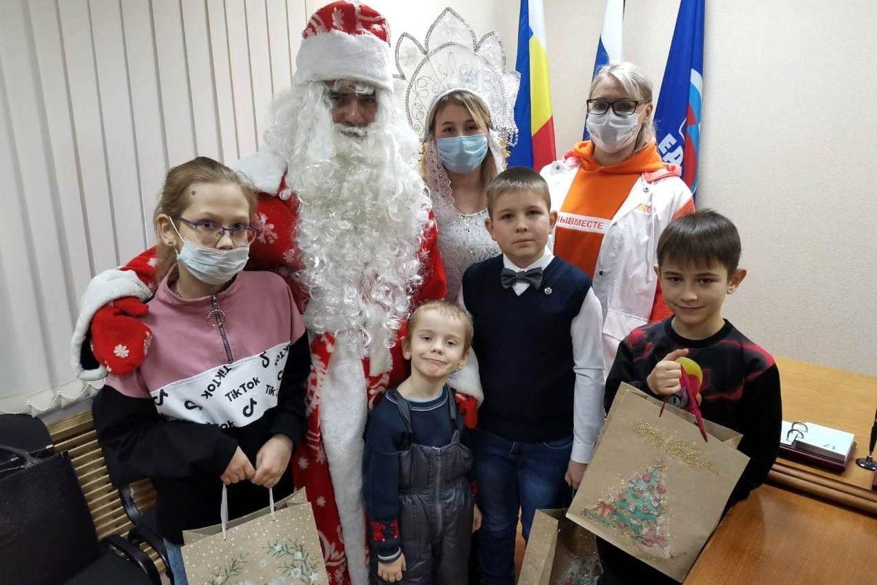 На Дону волонтеры вручают новогодние подарки детям врачей