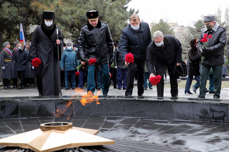 В День защитника Отечества губернатор возложил цветы к мемориалу «Павшим воинам»