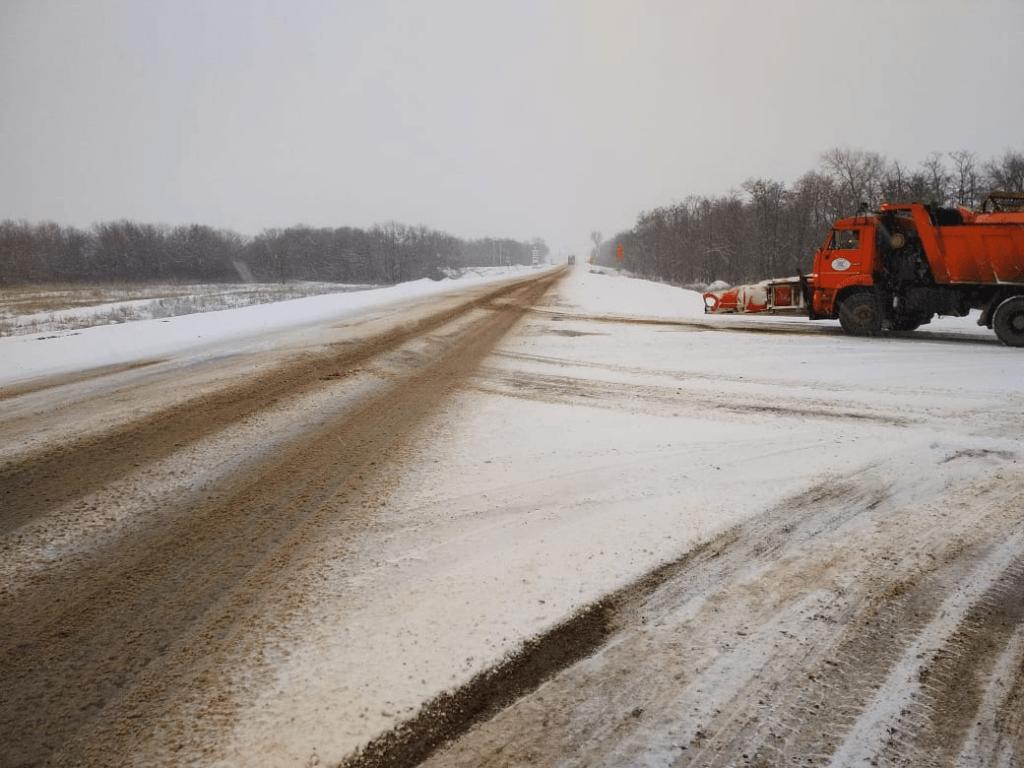 В связи с ухудшением погодных условий на дороги Ростовской области выведены дополнительные единицы спецтехники