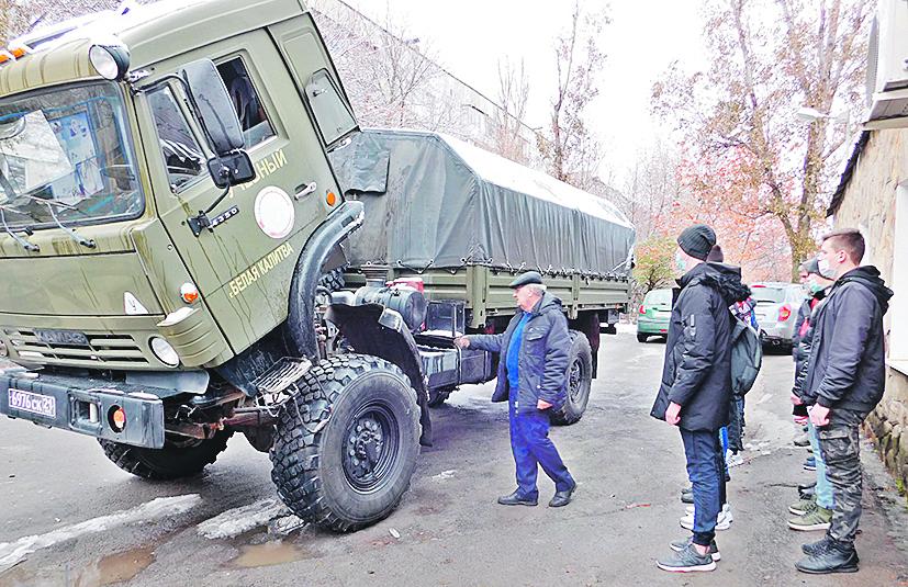 Подготовили военных водителей