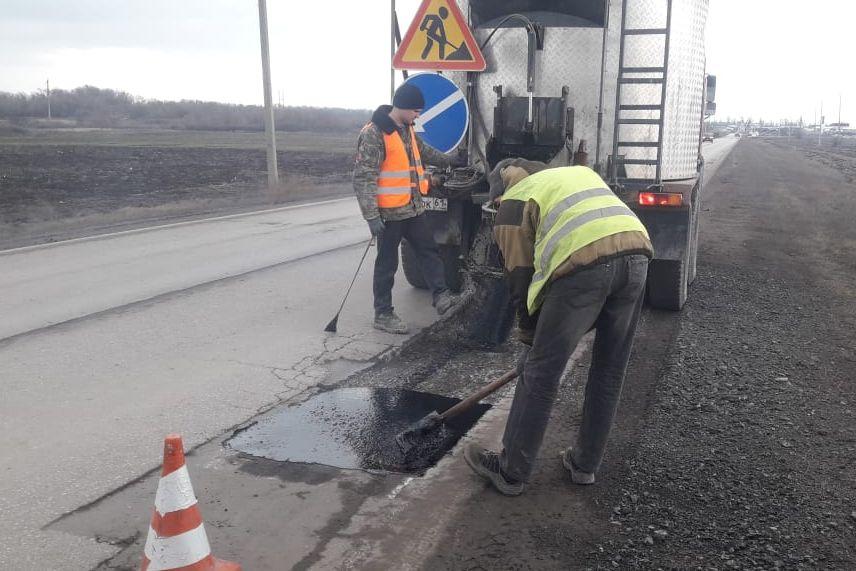 На региональных дорогах Дона проводят ликвидацию дефектов покрытия