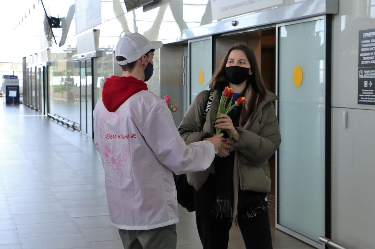 Рыцари и уличные артисты поздравляли дончанок с 8 марта