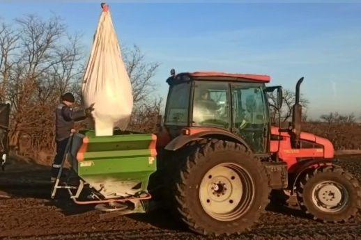 Начинаются работы по подкормке озимых культур минеральными удобрениями