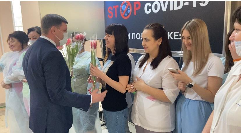 Единоросы поздравили женщин в ковидном госпитале Белой Калитвы