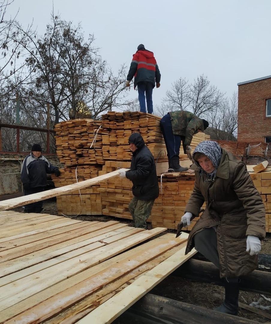 Кипит работа на территории храма в поселке Коксовом