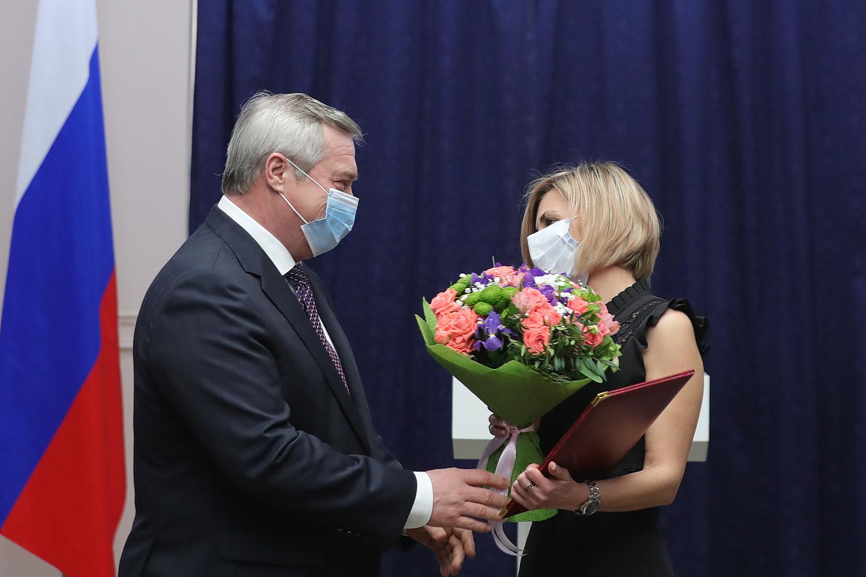 Василий Голубев вручил награды заслуженным женщинам Дона