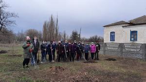 Соцработники и работники культуры посадили молодой фруктовый сад в Ильинке