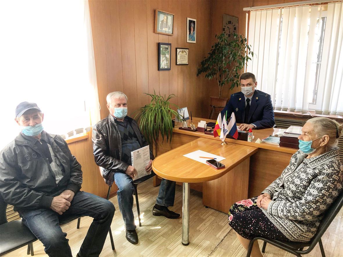 Жителей Грушево-Дубовского поселения принял прокурор