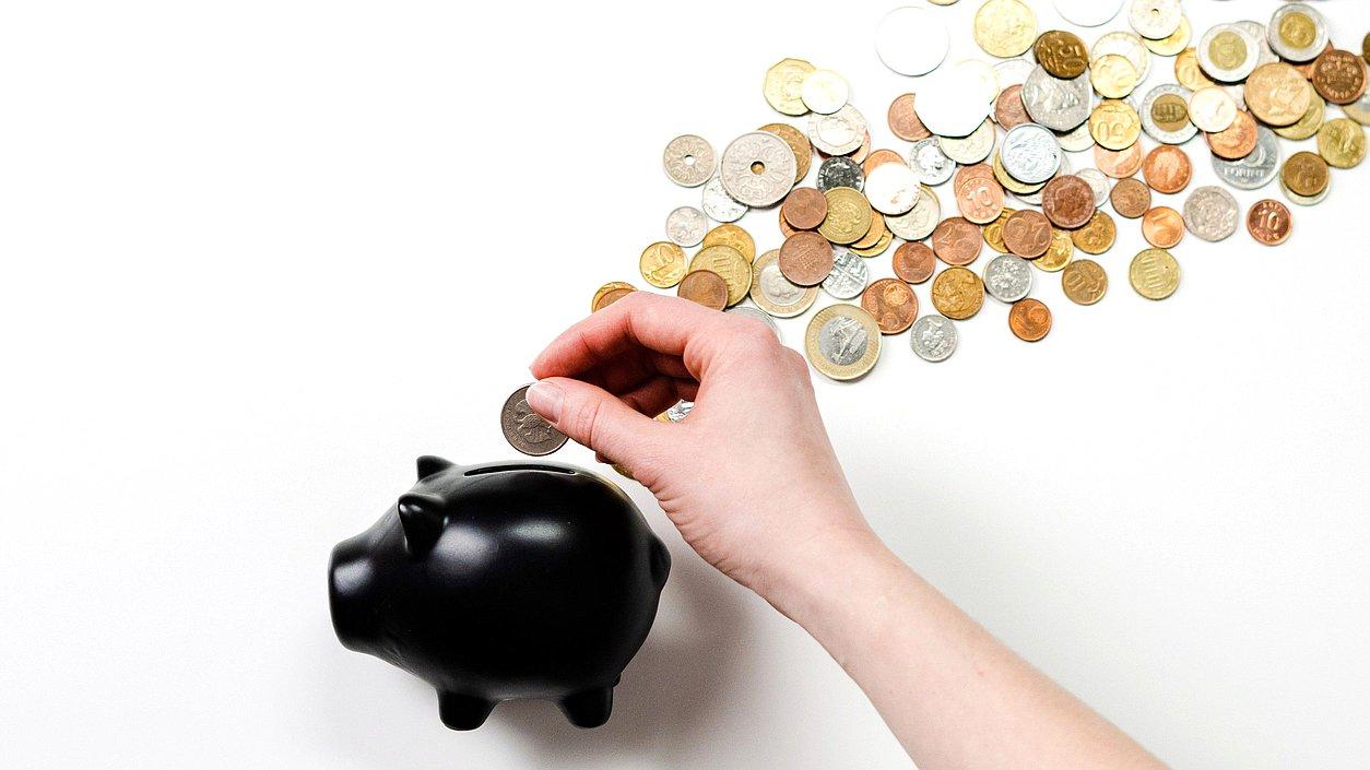 Банкам запретят списывать минимальный доход должников