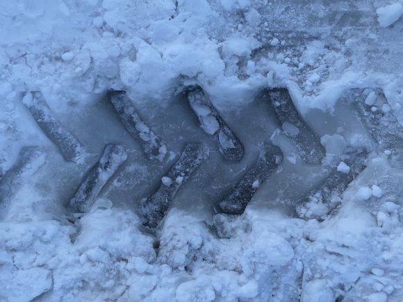 На Сахалине группа с детьми провалилась на снегоходе под лед