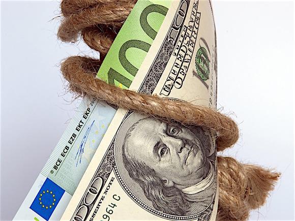 Рубль в ходе торгов теснит доллар и евро
