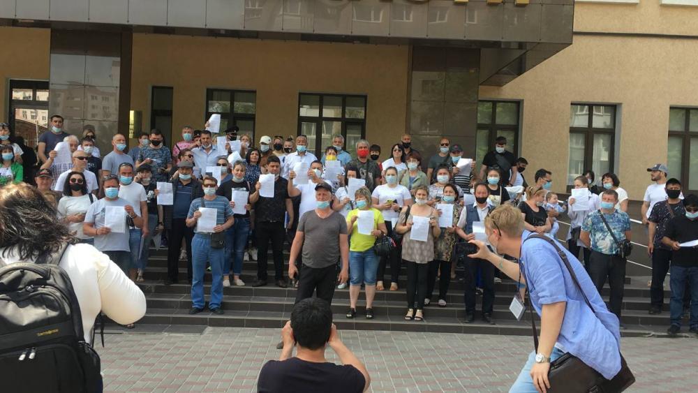Торговцы с аксайских рынков съехались к зданию прокуратуры в Ростове