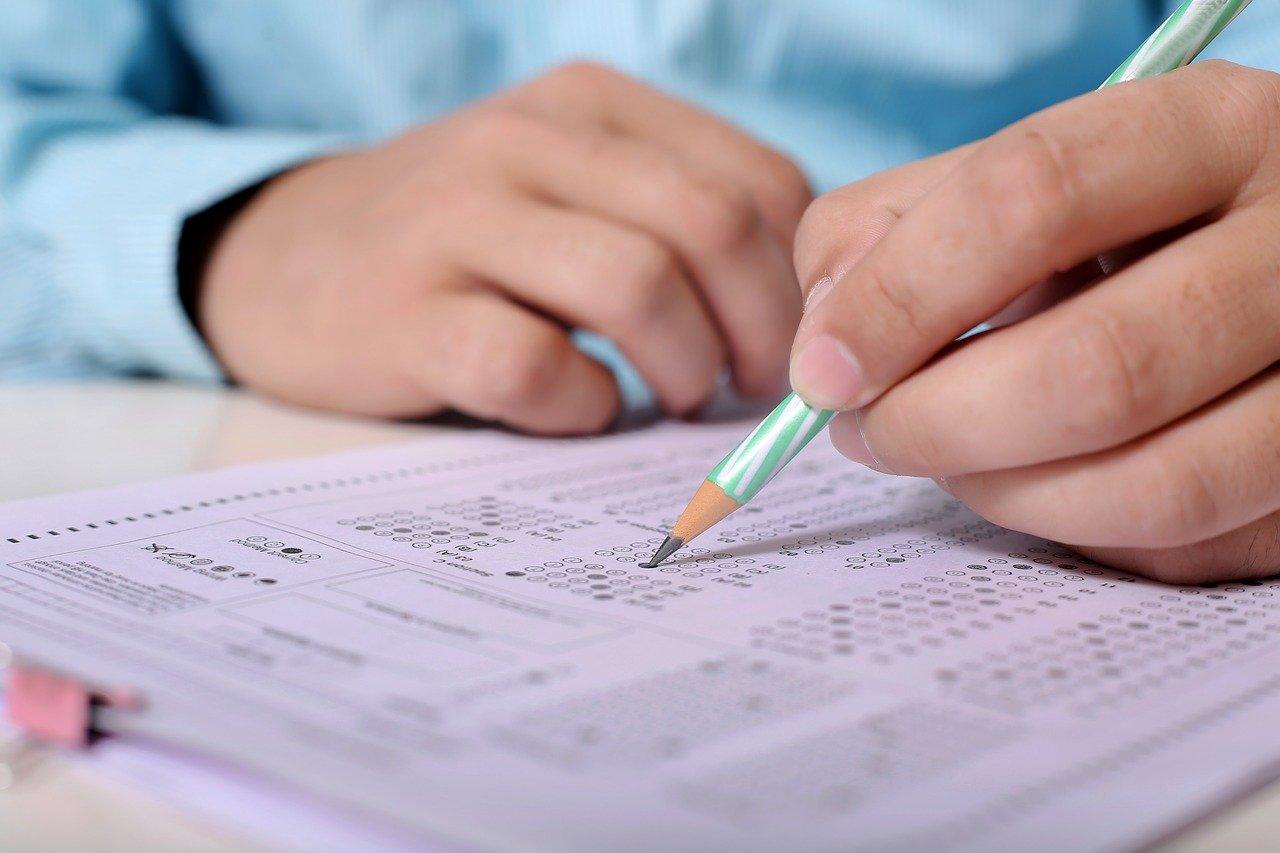 Выпускникам школ разрешили не сдавать тест на коронавирус перед ЕГЭ