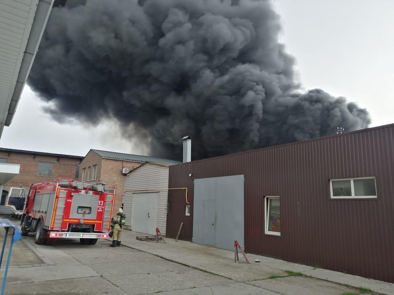 В Ростове-на-Дону загорелись складские помещения