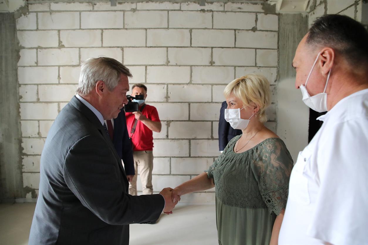 Пострадавшие дольщики в Батайске пригласили губернатора Василий Голубева на новоселье