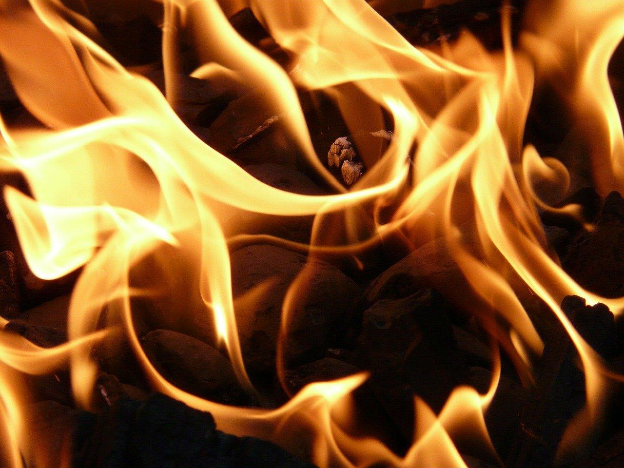 В Ростове сгорел торговый павильон