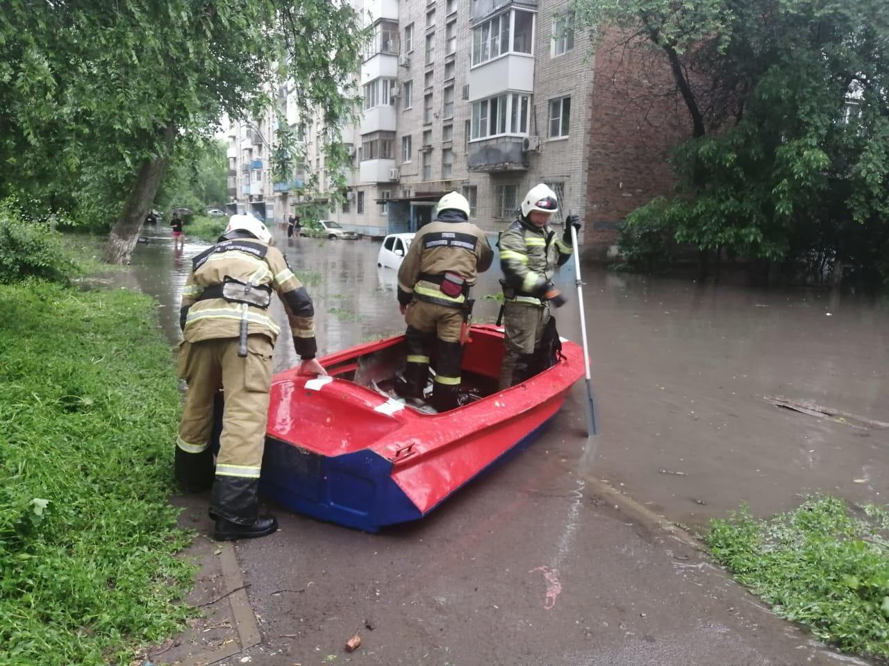 В Ростове из-за сильного дождя затопило подъезд жилого дома