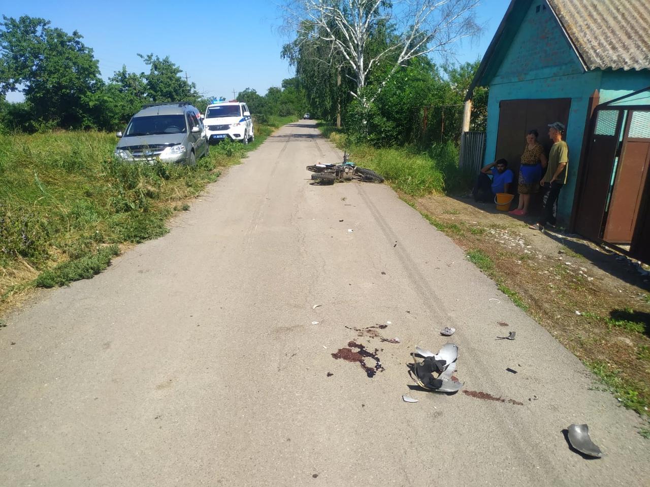 В Ростовской области мужчина на «Ладе» сбил подростка на мотоцикле и скрылся с места ДТП