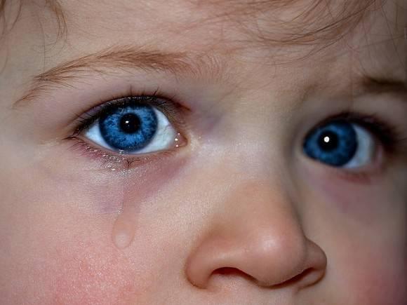 Ребенок, которого отец грозил выбросить с балкона в Иркутске, спасен