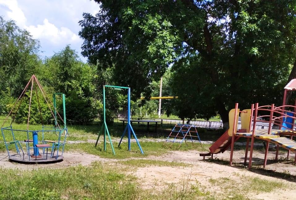 Жители пос. Горняцкий своими силами отремонтировали детскую площадку